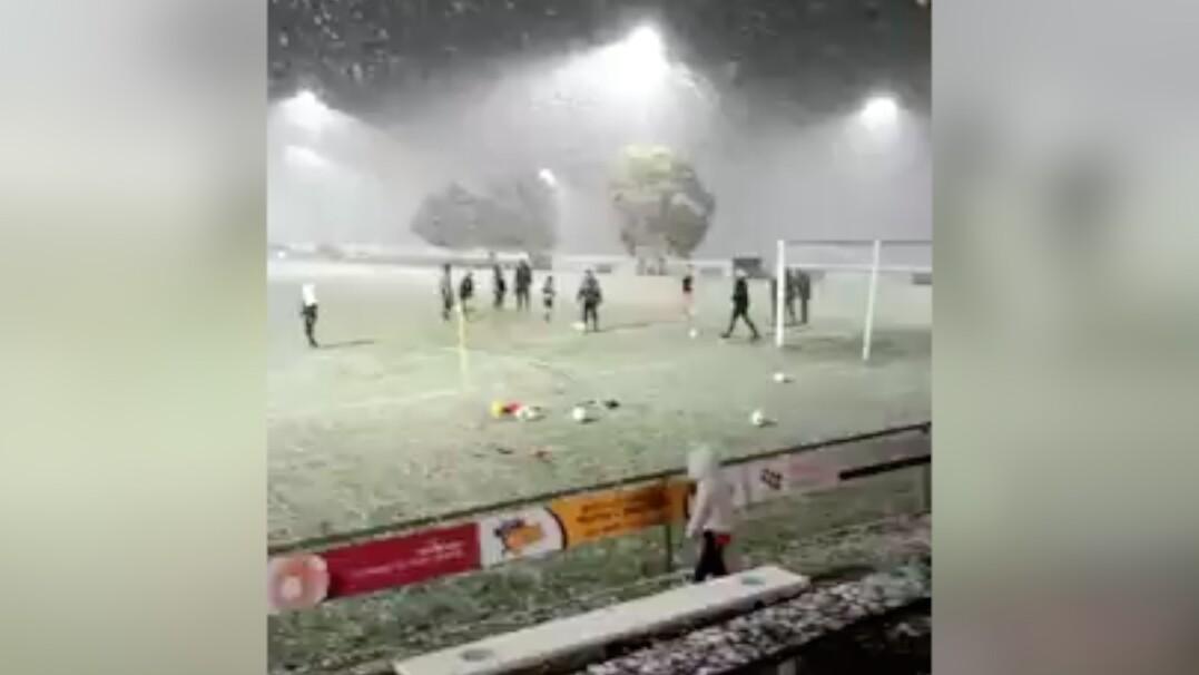 Trening piłkarski w śniegu. Tak wygląda sierpień w Tasmanii