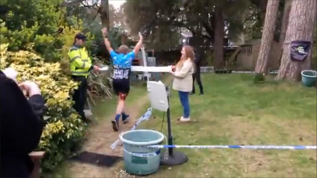 Ukończył maraton we własnym ogródku. Okrążył trawnik 1066 razy