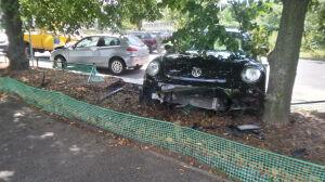 """""""Przesunął"""" zaparkowane auto na słupki, drzewo i pas zieleni"""