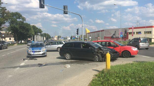 """Kolizja trzech aut na Połczyńskiej. """"Kierowca nie dał się przebadać"""""""