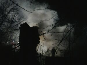Bezdomni spalili się w altance na Pradze