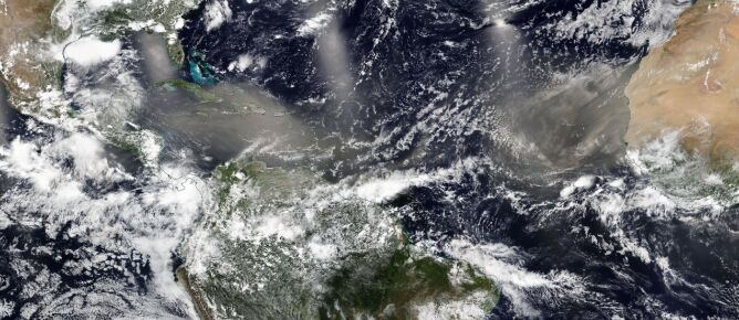 Pył znad Sahary nad Karaibami i Atlantykiem 23 czerwca (NASA Worldview, EOSDIS)